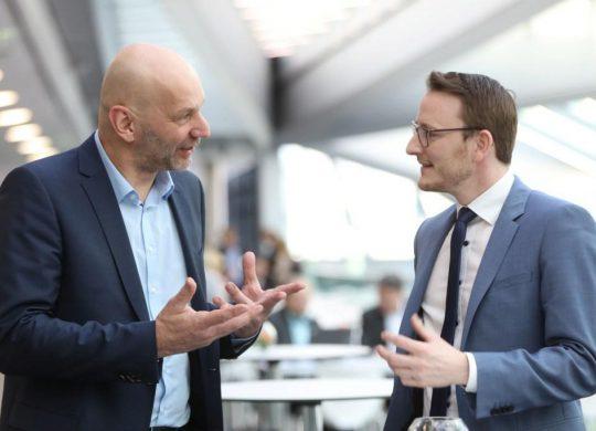 Helge Sanden (r) im Gespräch mit Hermann-Josef Haag (l)